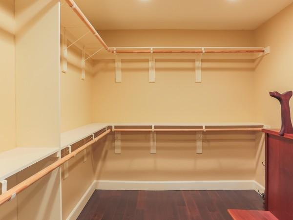 382 CA walkin closet